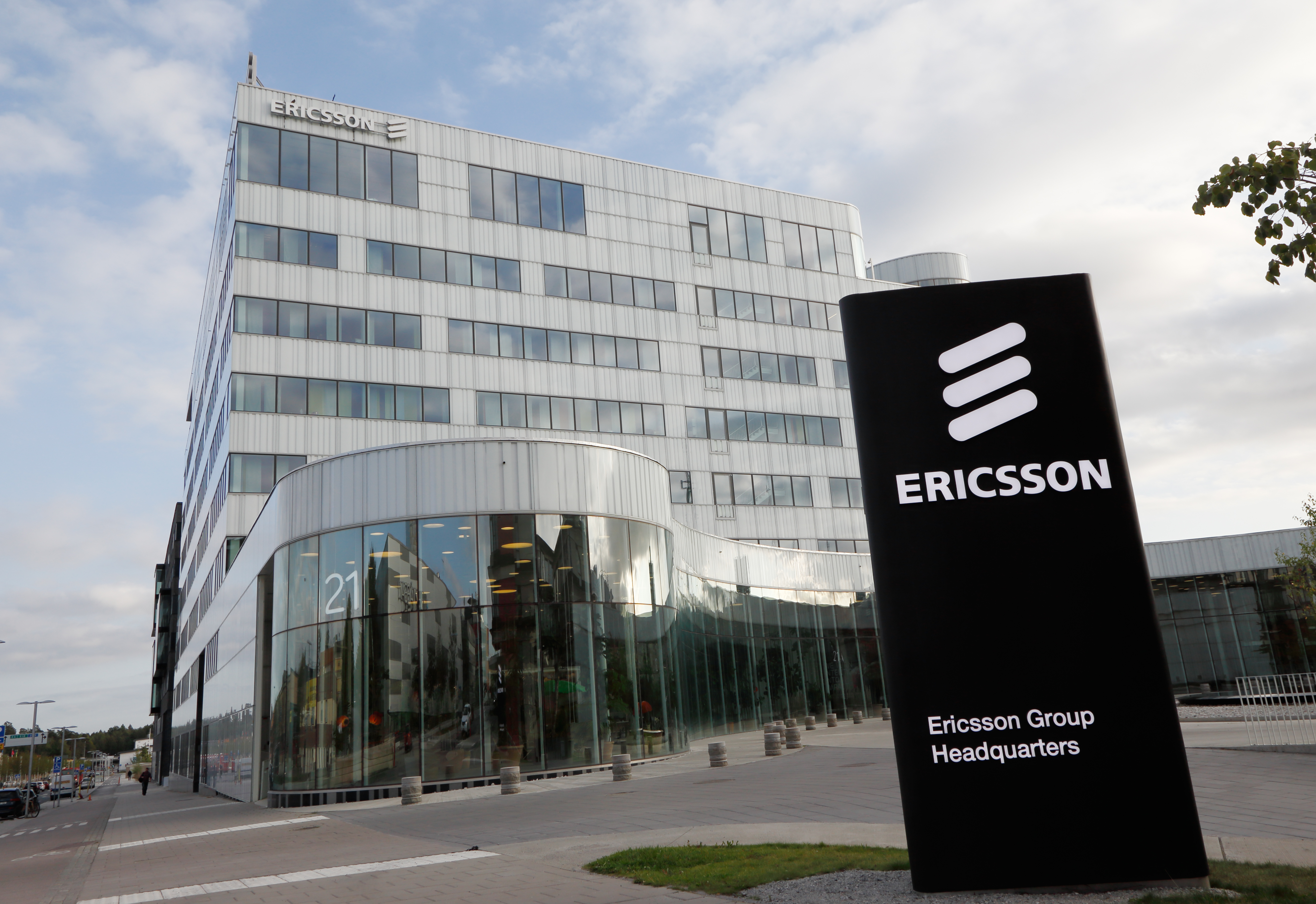 "The ""Huawei effect"" creates new opportunities for its competitors. Ericsson moves its checkers"